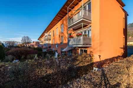 Die Anlage mit 51 Wohneinheiten passt sich hervorragend auf die Beschaffenheit der Umgebung an. So dient das Gebäude als Schallwand zur Westbahnstraße und öffnet sich zur Rettenpachstraße in lockerer Bebauungsstruktur wie für dieses Stadtviertel typisch.