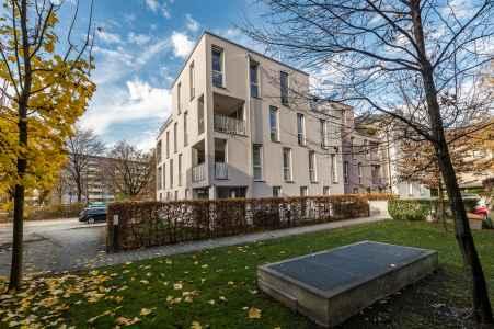 Behutsam wird die Villa des Salzburger Baumeisters Jakob Ceconi aus dem Jahre 1903 im Inneren umgebaut und mit zwei modernen Kuben mit 14 Wohneinheiten erweitert.