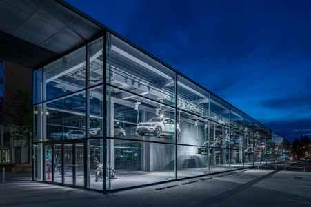 Blaue Stunde. Durchblick und Einblick. Verbindung und Abgrenzung zur Straße und Auto bietet dieses Konzernfenster. Für interessante Lichtblicke sorgt das abwechslungsreiche Beleuchtungskonzept.