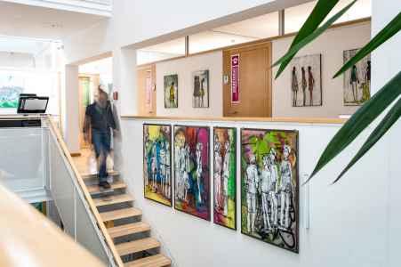 Das Gemeindeamt Obertrum bietet KünstlerInnen die Möglichkeit ihre Werke zu zeigen. So wie hier die Bilder von Sonja Brandl