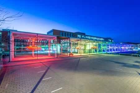 Durchblick und Einblick. Verbindung und Abgrenzung zur Straße und Auto bietet dieses Konzernfenster. Für interessante Lichtblicke sorgt das abwechslungsreiche Beleuchtungskonzept.