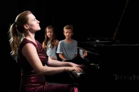 Die Pianistin Luisa Imorde im Portraet fuer ein Benefiz Konzert bei Hostalek Klaviere in Salzburg