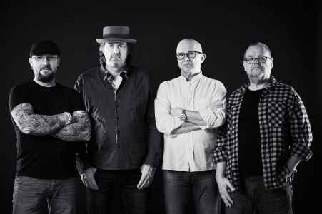 Die vier Musiker der Band Horsekick im Fotostudio im Portraet