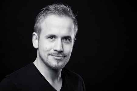 Der Unternehmer Rupert Hettegger im Portraet im Fotostudio
