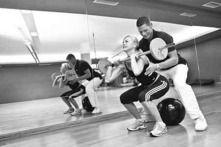 Gewichte heben ja, aber richtig! Andreas Diwald korrigiert die Haltung für ein optimales Trainingsergebnis.