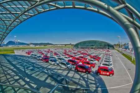 300 VW Up stehen für die ausgewählten Testfahrer zur Übergabe bereit.