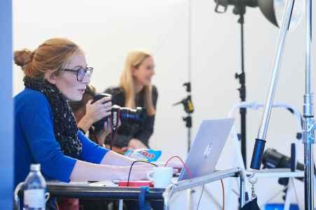 Die Fotografinnen Julia und Nadine aus München im Mietstudio für die Porsche Trainee Kampagne