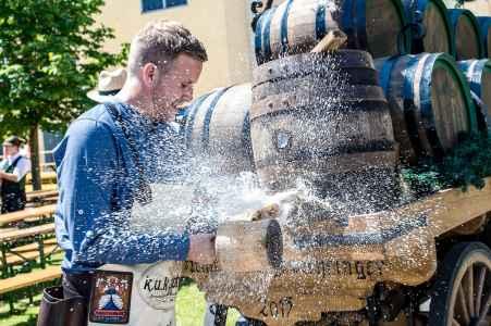 Bieranstich Trumer Original im Holzfass von Seppi Sigl von der Trumer Brauerei In Obertrum