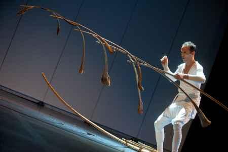 Balance-Akrobat Mädir Rigolo gibt am GartenLaubenFest seine Sanddorn Balance zum Besten.